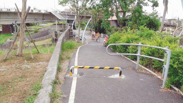 宜蘭河自行車道在宜興橋下遇到斷點,很多人以為是終點紛紛掉頭。 記者吳淑君╱攝影