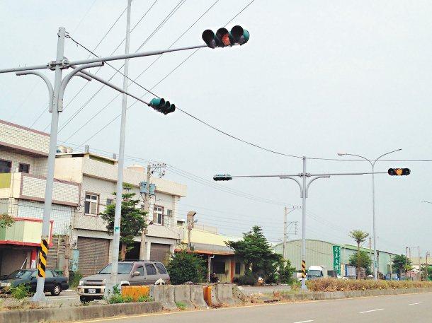 彰化縣伸港鄉濱二路缺口已封閉(紅圈處),卻未移除紅綠燈。 圖╱縣議員賴清美提供