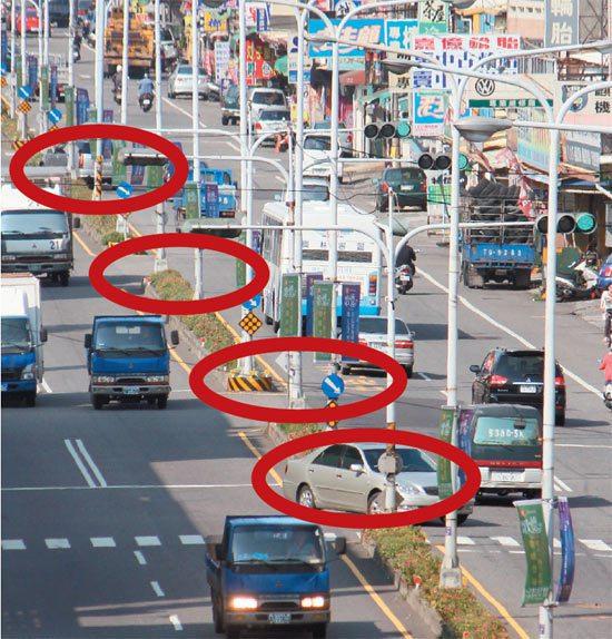 彰化縣道路分隔島廣開缺口,經常有人車從缺口闖出致車禍不斷,本報「願景在地─暢行台...