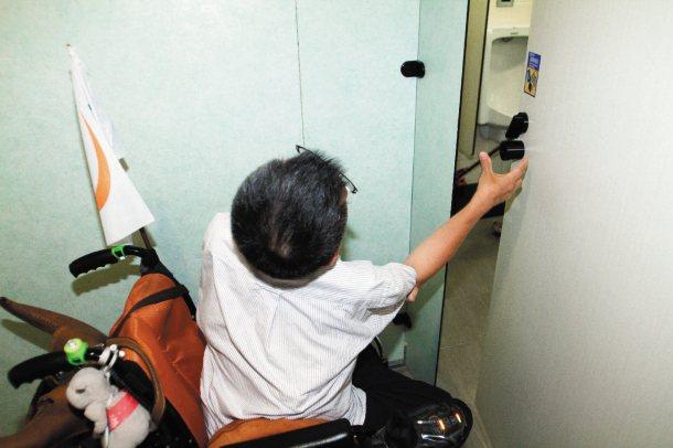 北捷士林站男廁內的無障礙廁所,門把設計不良,不易關門。 記者蘇健忠╱攝影