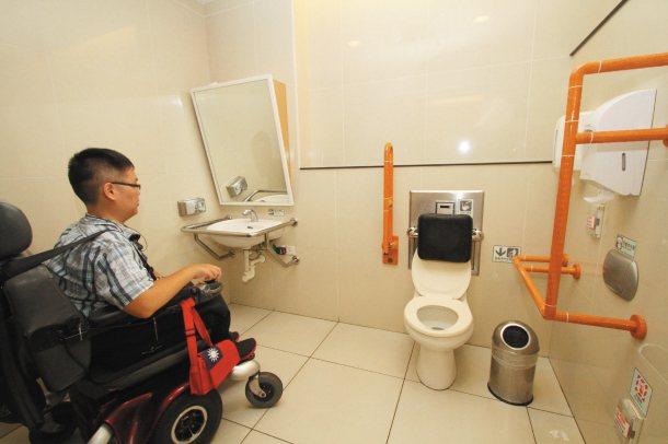 身障團體表示,無障礙環境不止滿足身障者,應採「通用設計」,一併考量老弱婦孺的需求...