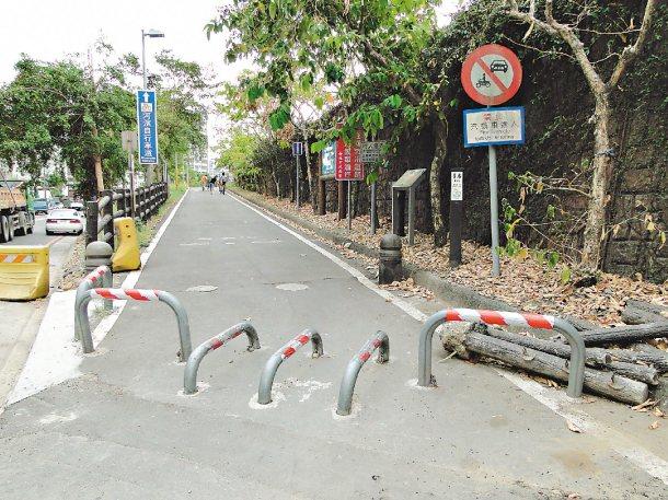 新北市汐止區五堵火車站對面的河堤自行車道入口設有車擋。 記者張源銘╱攝影