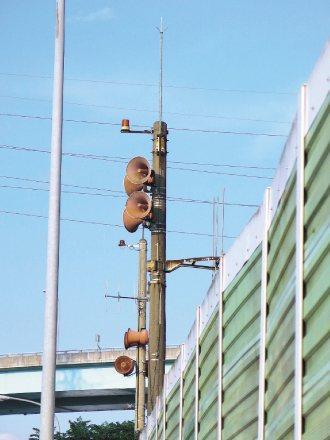 新北市民謝英山投訴,近期常經過三峽擺街堡路工業區路段,有座紅色警示燈持續閃亮,幾...