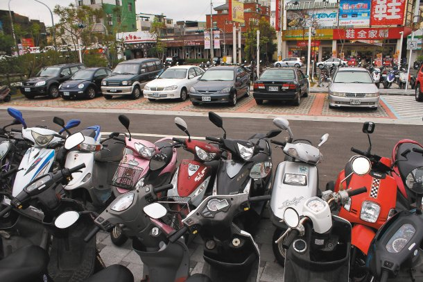 苗栗火車站後站啟用不久,有讀者認為車輛停等、停車空間不足,盼台鐵改善。 記者胡蓬...