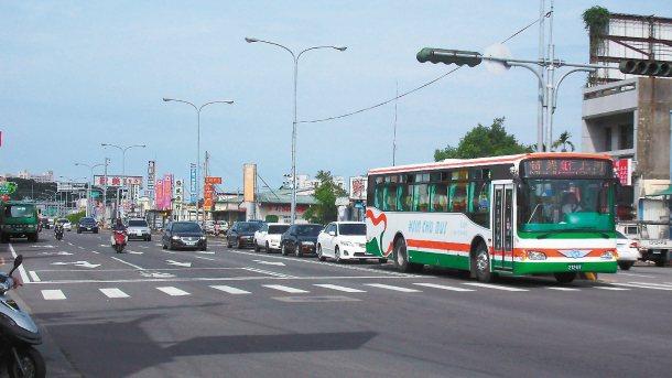 網友反映省道台6線、苗26線路口等多處路口路段,利用內側快車道設置左轉專用道,有...