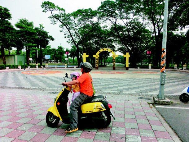 屏東市復興公園改建後,廣場不能停車,民眾認為汽、機車停車位太少了,期望早日改善。...