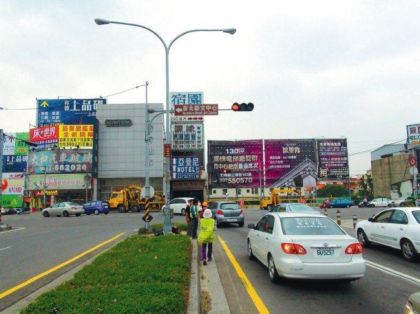 中山高頭份交流道西側便道,常有車輛闖紅燈,導致往來建國路、顯會路險象環生。 記者...