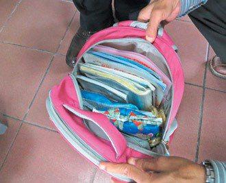 苗栗縣府教育處抽測學童書包,看到底帶了什麼。 記者黃婕/攝影