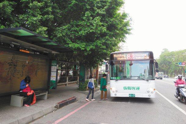 高雄市違規占用公車停靠區的駕駛人明顯減少。 記者劉星君╱攝影