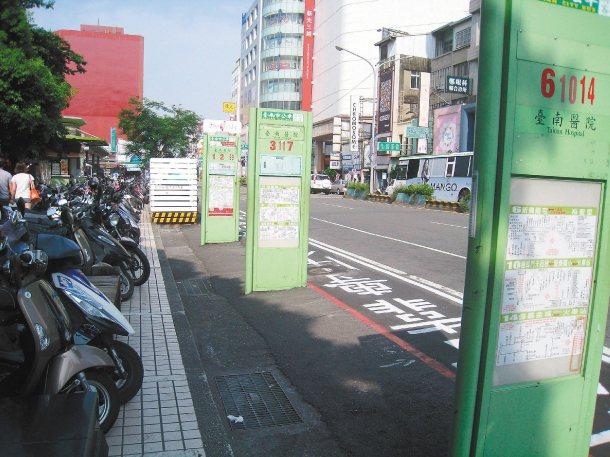 為解決部分地區沒公車候車亭,公運處將比照南方公園前的落地站牌模式,打造智慧顯示型...