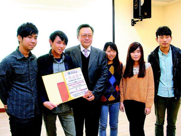 聯合報願景工作室執行長胡立台(左三)頒獎給交通安全創意微電影第一名的中正大學學生...