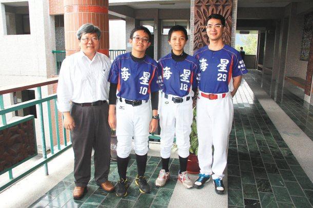 花蓮私立海星國中學生游弘宇(左二)去年8月自籌棒球社團,初期因經費來源有限,練習...