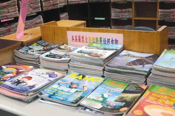 花蓮市立圖書館長蔡淑香將兒童圖書分館布置成一個安全、溫馨的閱讀環境;並帶領整理出...
