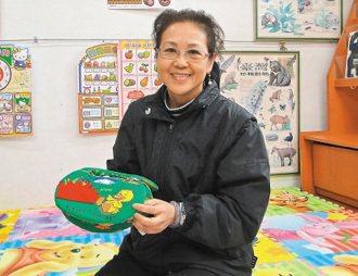花蓮市立圖書館長蔡淑香將兒童圖書分館布置成一個安全、溫馨的閱讀環境(圖);並帶領...