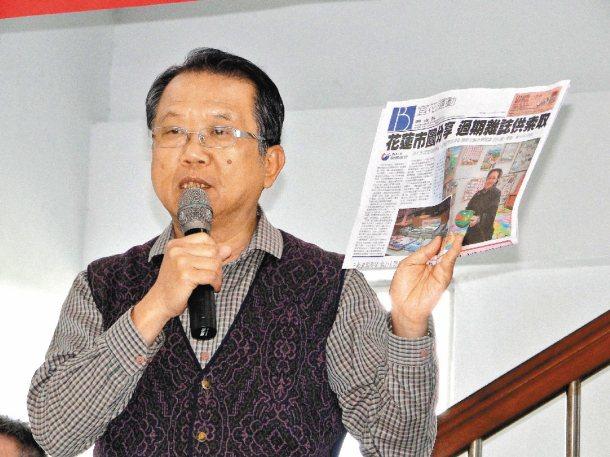 花蓮縣上騰中學校長林福樹拿出本報「願景在地」新聞,熱情回響。 記者范振和╱攝影