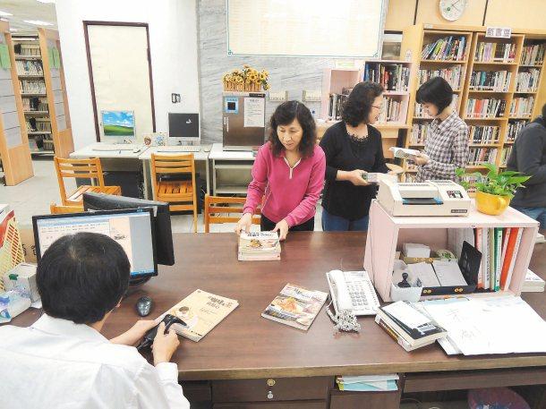 花蓮縣文化局推動、鼓勵民眾閱讀,圖書館借閱率頗高。 圖╱花蓮縣文化局提供
