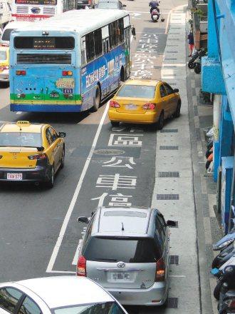 基隆市忠一路公車停靠區常有計程車排班及汽車臨停占用,警方即日起,將依各地公車監視...