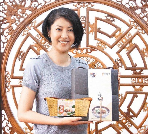 南投市長許淑華提供南投意麵和麻糬禮盒當獎品,還要在「願景在地-南投」粉絲團公布小...