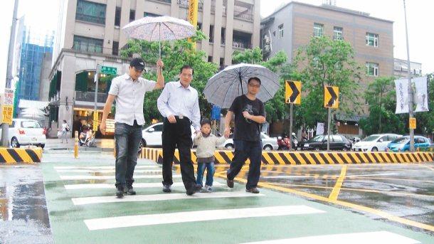 新竹市政府在關新路打造「交通寧靜」區,營造以人為本的交通環境,新竹市長許明財(左...