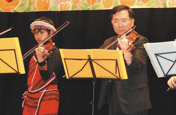 台中市副市長蔡炳坤(右)當年窮學生學琴的過程,藏著一段修花剪草當「束脩」的故事。...