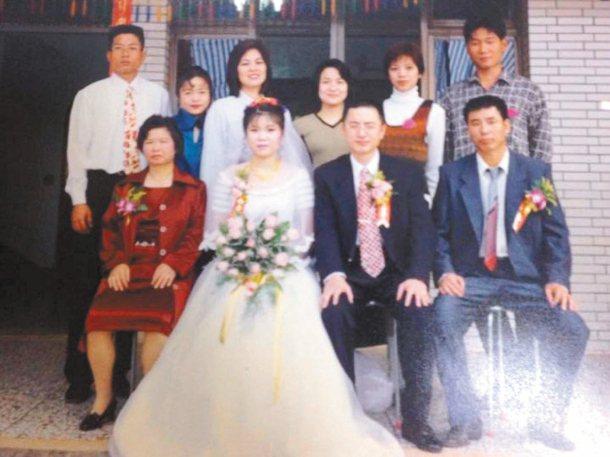 網友吳靜怡(前左二)感謝好心人讓她沒有錯過婚事,圖為結婚當天親友合照。 圖╱吳靜...