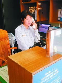 新竹市第二警分局埔頂派出所女警梁美娟熱心助人。 圖╱警方提供