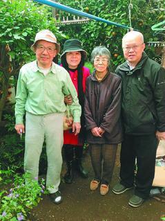盧德瑞(右1)帶妻子(左2)拜會千代子(右2)與她老公(左1),感謝20多年前照...