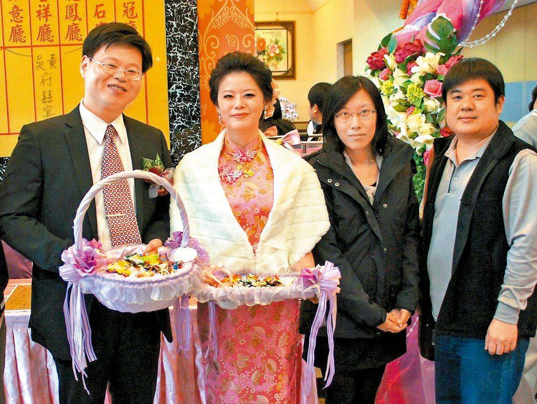 李桂媚(右二)7年前寫碩士論文時,獲得研究現代詩學者王文仁(左一)熱情協助,讓她...