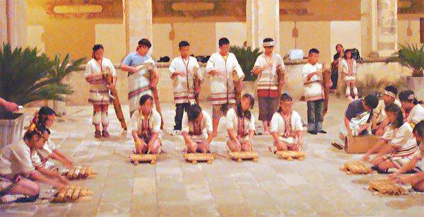 泰雅學堂在義籍神父巴義慈協助下,赴義大利演唱原住民歌謠。 圖/高理忠提供