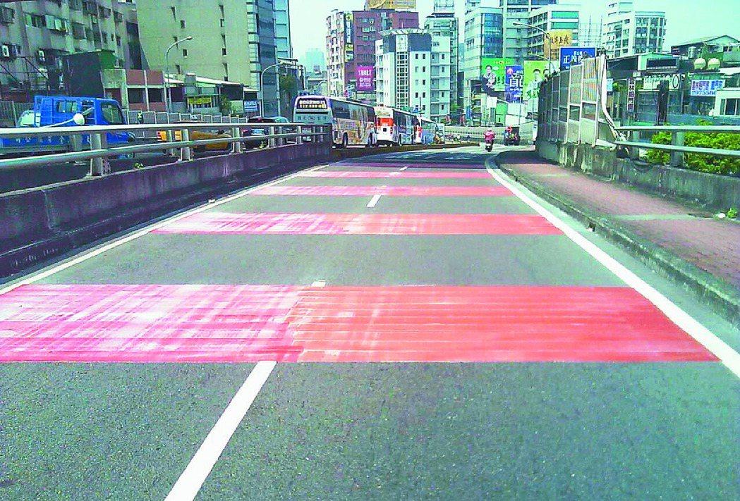 新北交通局回應聯合報系願景在地探討的跨雙北橋梁機車道問題,在台北橋增設彩色鋪面。...