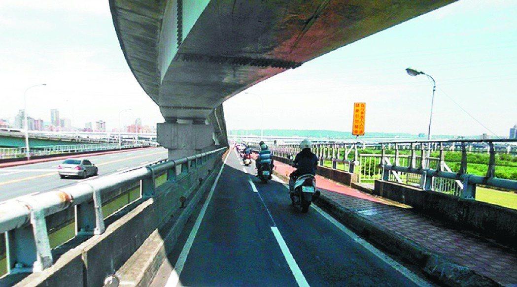 華江橋機車道寬度充足的直線段畫設車道線,引導慢速車靠右。 圖╱新北市交通局提供