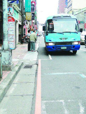 基隆市孝二路公車站牌前方,緊臨畫設的計程車招呼站已塗銷往前移,讓公車出站時比較順...