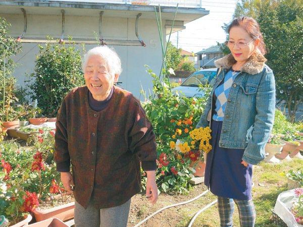 日本社會福址協議會引介的志工上原多美子(左),每周都會到住在高崎市公營住宅的獨居...