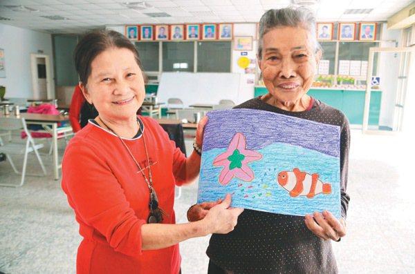 吳美津(左)已經70多歲,算是老人了,但她說,和96歲的李阿蜜(右)相比,她還是...