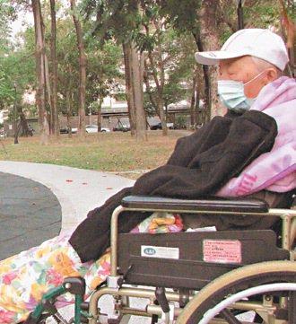 老化是自然的過程,每個人都需要學習。圖為一名老人在公園曬太陽。 本報資料照