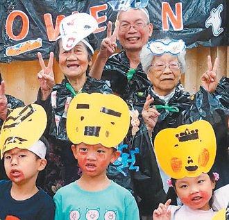 「朝陽長青快樂學堂」的學員,經常和幼兒園的學生一起上課。  記者喻文玟╱攝影