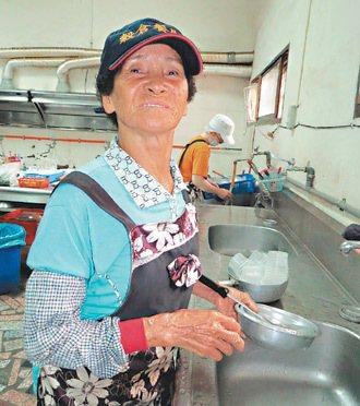 「做粗工六十多年,吃過各種苦頭,洗碗打掃很輕鬆的啦!能做一天是一天。」 記者周...