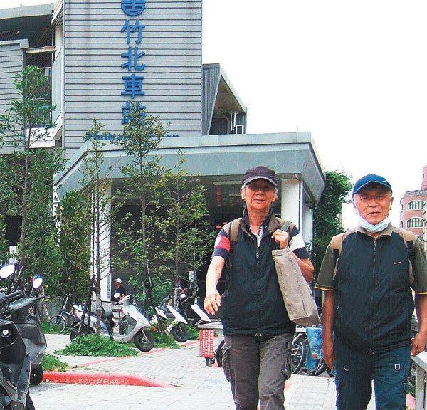 年過七旬的李敬司夫婦坐火車遊遍台灣。 圖╱李敬司提供