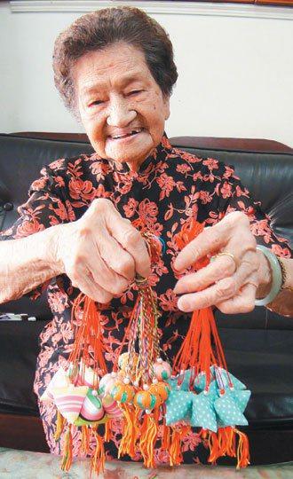 九十五歲陳施煌梅縫的香包超精緻。 記者郭宣彣╱攝影