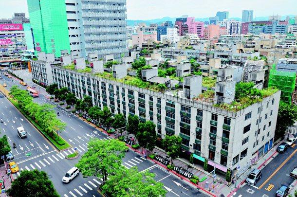 位於台北市忠孝東路黃金地段的正義國宅都更案,耗時15年,目前仍在審查中。 (本報...