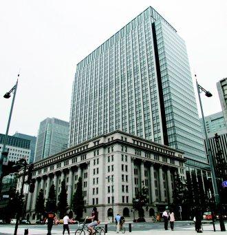日本東京丸之內採新舊建物融合的方式開發,圖為明治安田生命館。 (本報系資料庫)