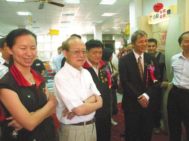 花蓮縣萬榮鄉終於有ATM,行政院政務委員薛琦(左)特來致意。 記者邱立雅╱攝影