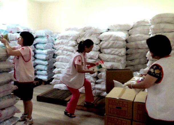 紅十字會台中支會的志工,每天把各地捐來的物資,分類擺上食物超市貨架,供受助戶選擇...