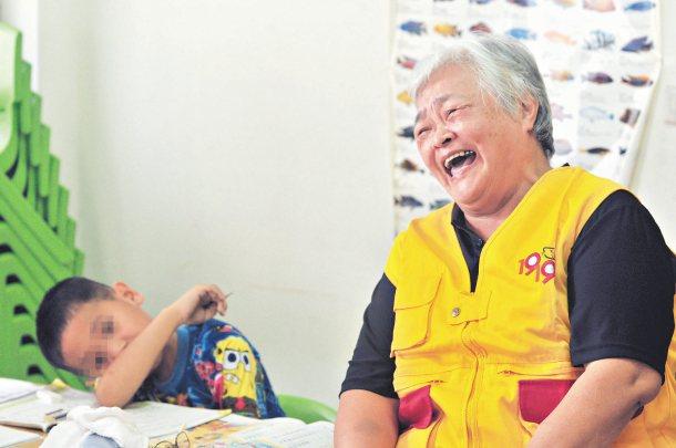 案例2:63歲的林意臻奶奶(右),每天在教會陪讀班陪小朋友做功課,也幫食物銀行整...