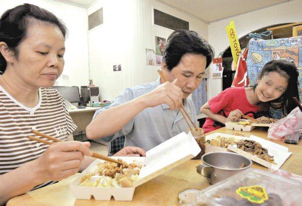 案例1:遠嫁來台的泰嫂(左),主動到國小當導護媽媽,還到社區打掃、到愛心商店擦桌...