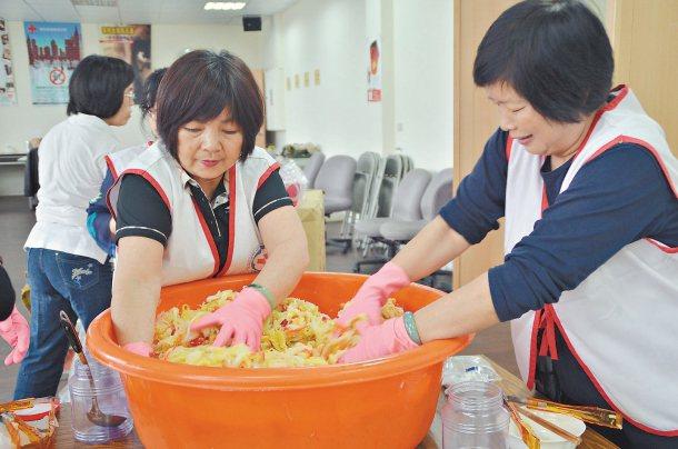 苗栗菜農葉文彬捐出7000顆高麗菜給紅十字會,紅會動員志工把部分高麗菜製成愛心泡...