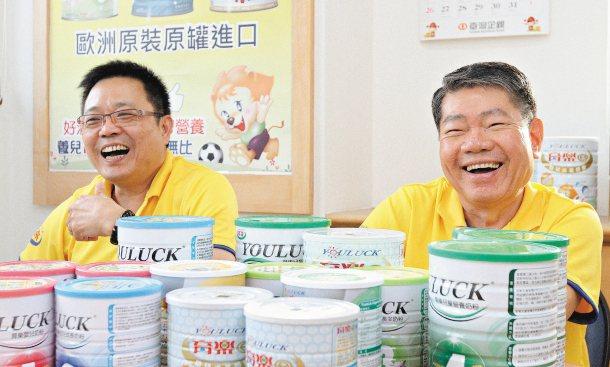 權鋒國際董事長李育錚(左)及總經理李添福(右)說,沒去關心需要幫助的人,心裡會有...
