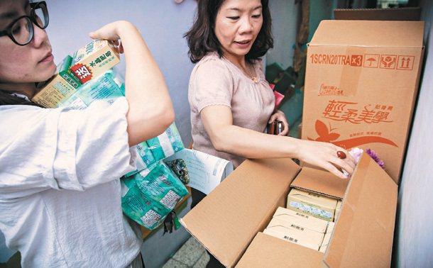 社福機構服務人員正在處理一箱箱的愛心物資。 聯合勸募協會/提供