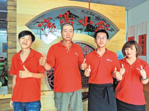 巫欽明(左二)戰勝牙齦癌4期病魔,帶著瀋陽小館員工一起響應公益,加入家扶待用餐行...