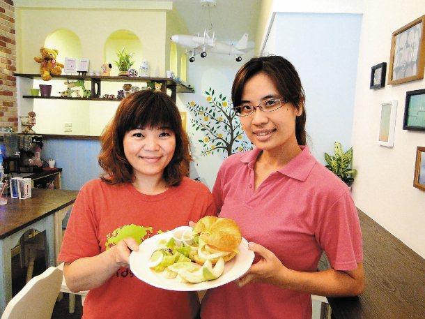花蓮家扶中心督導陳素卿(左)對「柳橙樹」負責人湯茹蘭率先成為愛心待用餐店,相當感...